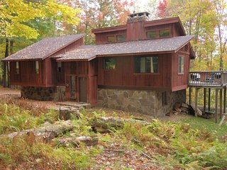 5 Acre Wood - Private Wooded Lot, Hot Tub, Pet Friendly, Lake Access, Wood Burni