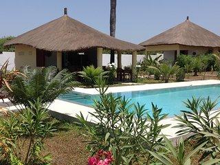 Bungalow ' CAJOU' dans un cadre verdoyant face à une belle piscine à debordemant