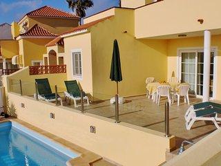 Villa mit Pool und Meerblick in ruhiger Lage