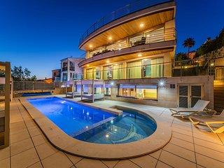 Villa Deluxe, Vistas al mar, confort y relax, piscina exterior y interior.