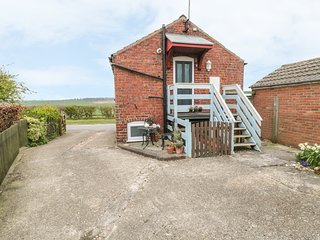 THE GRANARY, open plan, courtyard, pet-friendly, off road parking, nr