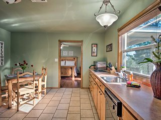 Cozy Cottage w/ 30-Mile National Forest Views!