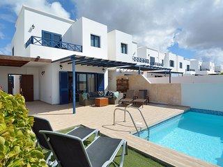 Preciosa terraza con piscina, zona de solarium, relax y comedor exterior