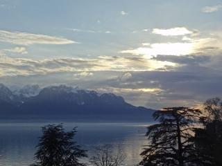 Blick von der Wohnung über den Genfersee in Richtung Evian in Frankreich. Das Licht wechselt ständig.