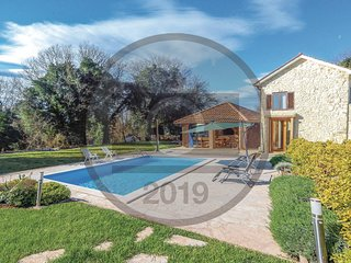 Amazing home in Bibici w/ Outdoor swimming pool, WiFi and 4 Bedrooms