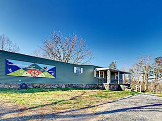 Cozy Mountain Getaway! Cottage w/ Porch & Mountain Views - Close to Asheville