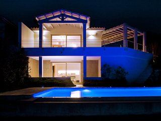 Gorgeous villa with infinity pool, fantastic sea views and unlimited wi-fi.