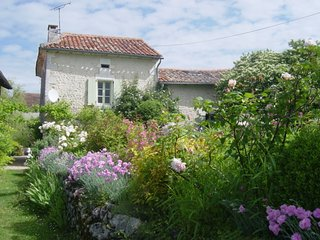 Mistral cottage, sleeps 6, shared pool, pretty garden and views.