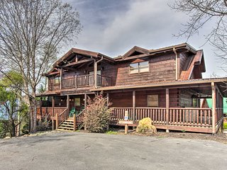 Huge Mtn Manor w/Hot Tub <1Mi to Pigeon Forge