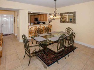 Dining area w/table for 6