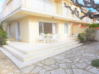 3 bedroom Apartment with WiFi and Walk to Beach & Shops - 5050511