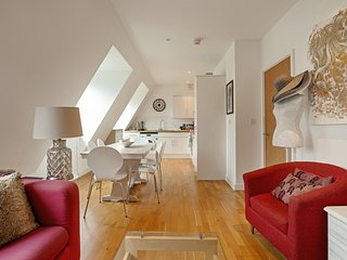 Chic 2 Bed, 2 Bath Apartment near River Thames