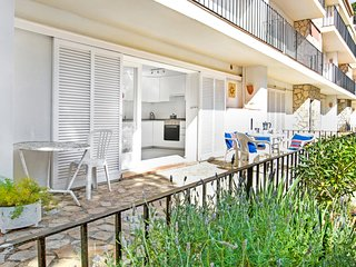 2 bedroom Apartment with WiFi and Walk to Beach & Shops - 5223543