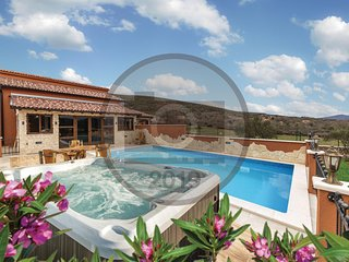 Amazing home in Divojevici w/ Outdoor swimming pool, WiFi and 4 Bedrooms