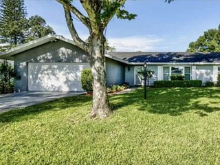 Lovely Spacious Pool Home Paradise in the heart of NW Bradenton ! Only 12 Minute