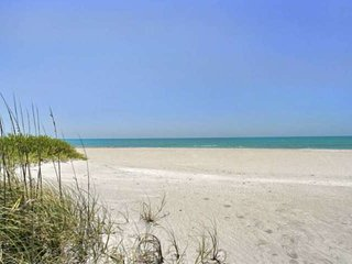 Spacious Club Longboat Key steps to the sand, private beach paradise! Pools, Gym