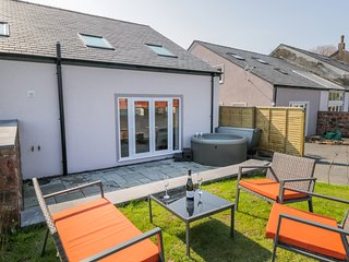 CONEY GARTH COTTAGE, open-plan, WiFi, in Beckermet