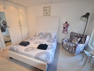 Contemporary Apartment on Grand Union Canal with Sky TV & Broadband