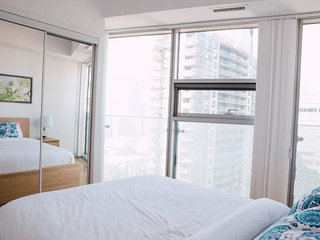 Luxurious 2 Bedroom Condo With CN tower View