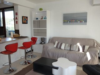 2 bedroom Apartment with Air Con, WiFi and Walk to Beach & Shops - 5051482