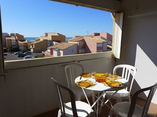 1 bedroom Apartment with WiFi and Walk to Beach & Shops - 5050498