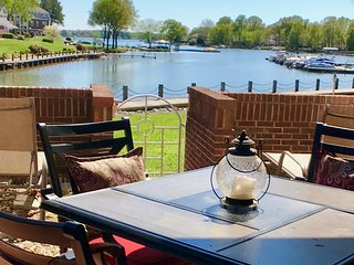 1st Floor Lake Norman Condo 3 BR/2 BA - Poolside  & Includes Boatslip!