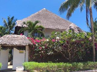 Africa Yetu House - piano intero villa con tipico tetto in makuti con personale