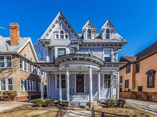 Spectacular Victorian Mansion Sleeps 20 in Beds!!