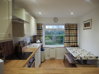 Cotswolds Bungalow sleeps 4, Easy Access to Beauty Spots, Free WiFi/Pet-friendly