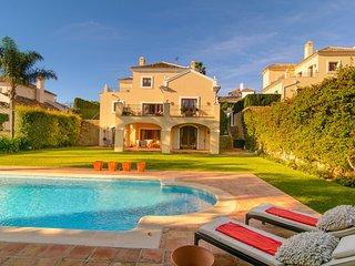 El Paraiso 4 bedroom villa, heated pool and Fiber Internet