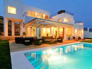 Villa in El Rosario with sea views, private pool and garden