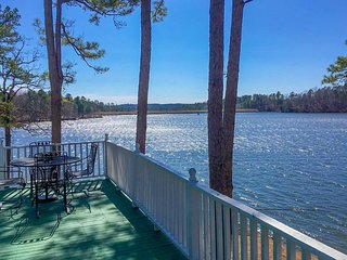 NEW! Harrod's Hideaway w/Deck+Dock on Lake Norrell