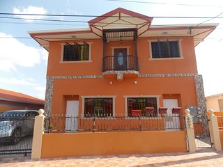 Stewart Guest House - Trincity, Airport,Washer,Dryer,Office,Netflix,Alarm,Gated