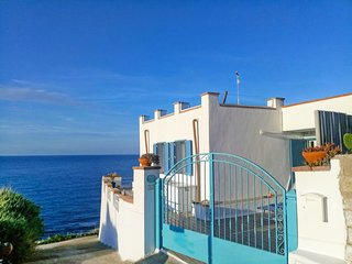 2 bedroom Villa with WiFi and Walk to Beach & Shops - 5250941