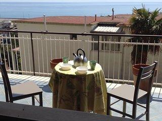 Casa Gabri, comodo appartamento con terrazzo vicino centro storico e spiaggia