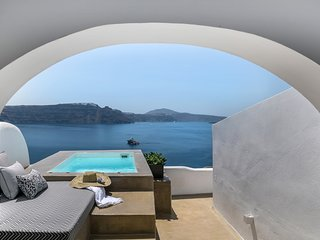 '3 Caves Suite' with hot tub in Oia