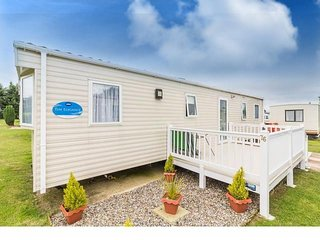 Luxury 8 berth caravan for hire at Breydon water park in Norfolk ref 10076