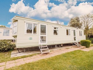 Caravan for hire near Great Yarmouth in Norfolk, with 3 bedrooms ref 10020