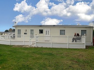 Platinum caravan sleeping 8 with large decking at near Great Yarmouth ref 10016