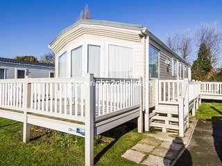 Luxury caravan for hire sleeps 6 on a great holiday park Norfolk ref 10044