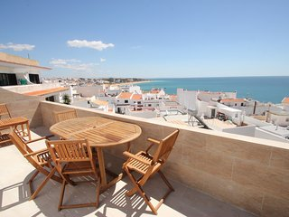 Fabulous 2 bedroom apartment with air con, wi-fi and stunning sea views