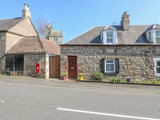 KIRKGATE COTTAGE, open fire, pet-friendly, WiFi, pub 1 min walk, in Chirnside