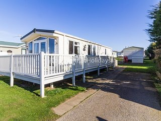 Luxury caravan for hire in Hunstanton on a great holiday park ref 23054