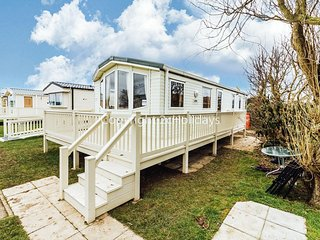 Luxury dog friendly caravan for hire in Norfolk at California cliffs ref 50005