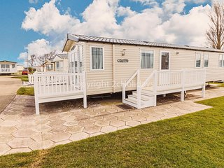 Luxury caravan at Hopton holiday park to hire in Norfolk ref 80085G