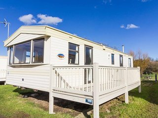 8 berth caravan to hire in Kessingland park, Suffolk by the beach ref 90041
