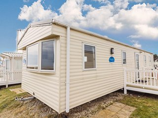 8 berth caravan to hire with a full sea view at Kessingland Beach ref 90014SV