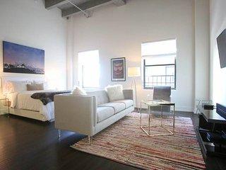 Designers Dream Urban Flat w/ Pool + High Ceilings