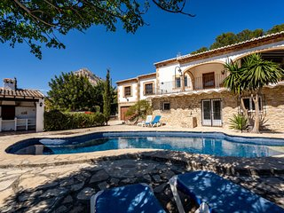 4 bedroom Villa with Pool, WiFi and Walk to Shops - 5784601