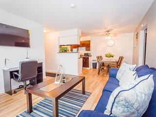 ⭐King Bed⭐Business Workspace✔Fast WiFi✔Mins From ✈Smart TVs✔Cozy & Relaxing✔